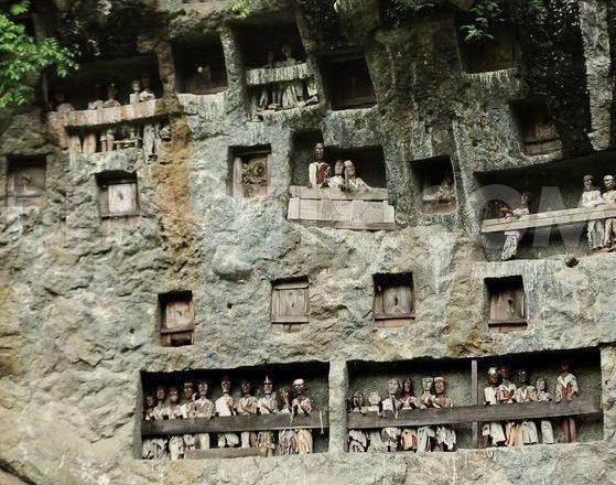 Tombe Toraja incastonate nella roccia